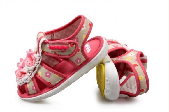 Các bậc phụ huynh hãy cân nhắc trong việc chọn giày dép trẻ em
