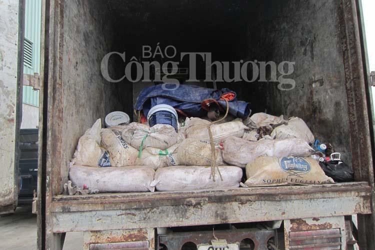 Hơn 1 tấn hàng hóa là thực phẩm các loại gồm mứt các loại, ngó sen, me chua không rõ nguồn gốc mất vệ sinh an toàn thực phẩm được lực lượng chức năng tiêu hủy đợt này
